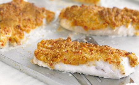 filetes de pescado sobre pasta de chiles