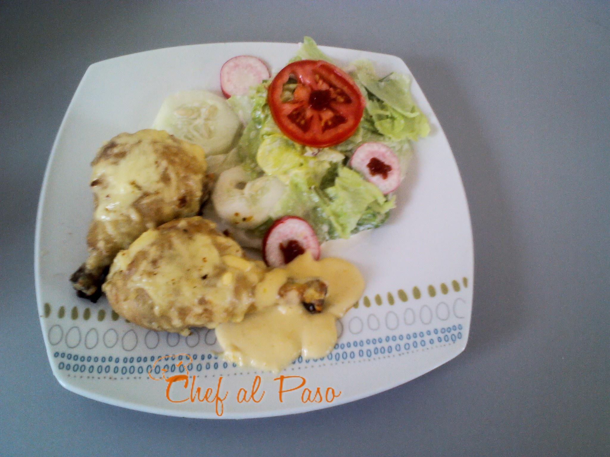 pollo con salsa de queso y verduras