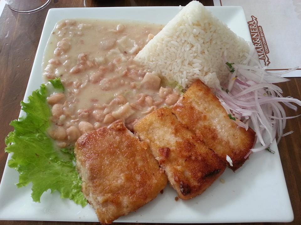pescado apanado con arroz y frijoles
