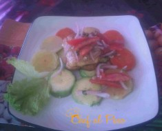 pescado frito con ensalda de verduras y salsa criolla 2