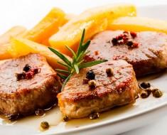 Carne de cerdo con durazno
