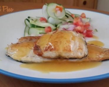 lisa con salsa de naranja y ensalada de pepinillo 2