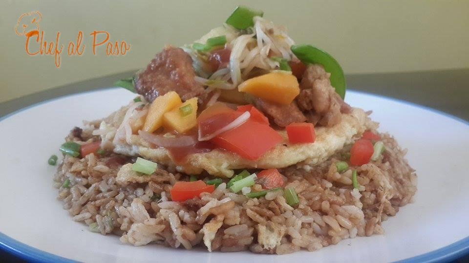 arroz chaufa cubierto con saltado de pollo agridulce 3