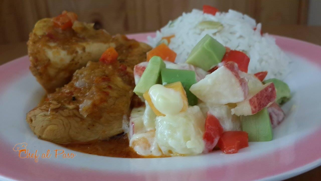 Guiso de pollo  con una ensalada colorida de frutas y verduras 3