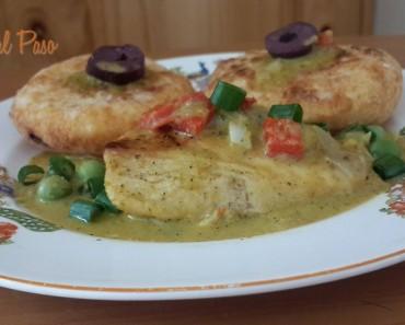 Pollo con salsa de mani y croquetas de yuca rellenas de queso