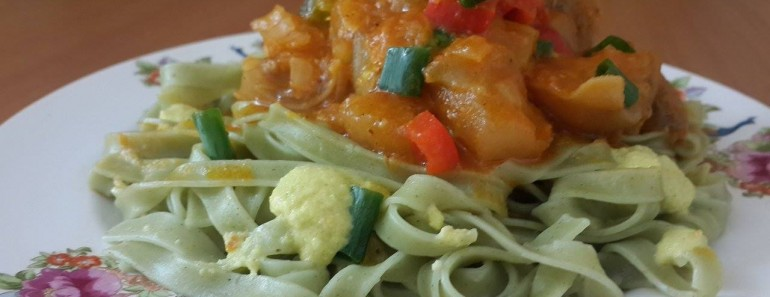 espagueti verde con guiso de patitas de res y crema de cocona