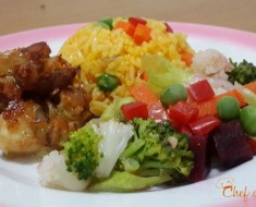Piernas de pollo deshuesado con arroz a la jardinera y ensalada de verduras 2