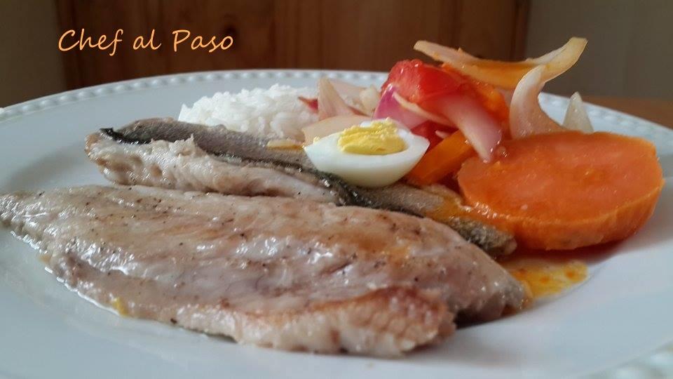 filetes de cachema encebollada con arroz blanco y camotes 4
