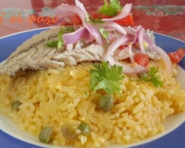 caballa pasada por agua caliente con arroz amarillo y salsa criolla 3
