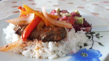 arroz blanco con higado encebollado y ensalada rusa