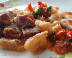 chicharrón de cerdo con mote acompañado con salsa chimichurri 3