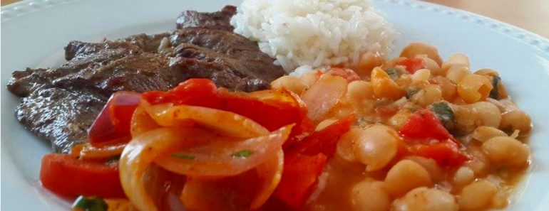 bistec encebollado con menestra de frejol blanco y arroz 3
