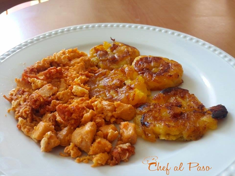revuelto-de-salchicha-con-pollo-y-platanos-maduros-2