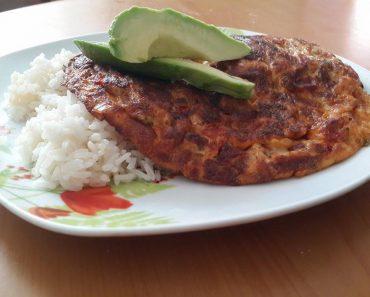 arroz-blanco-con-tortilla-de-salchicha-de-salami