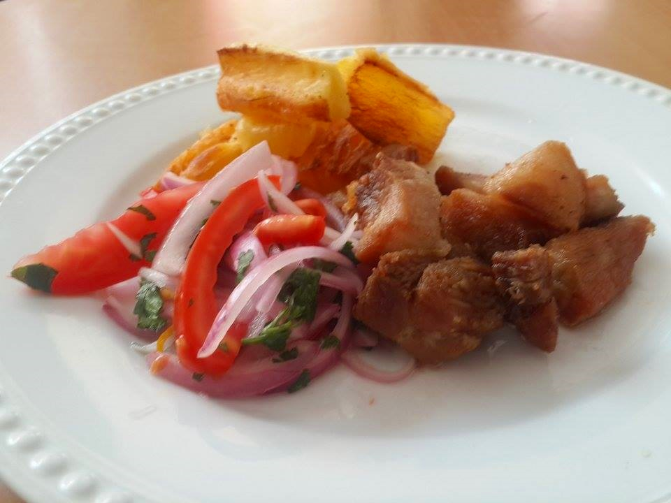 panceta-de-cerdo-fritas-con-yucas-crocantes-2