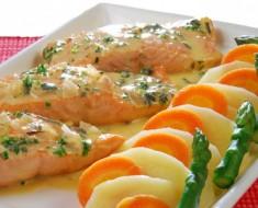 Cocinar salmon, salmon en finas hiervas