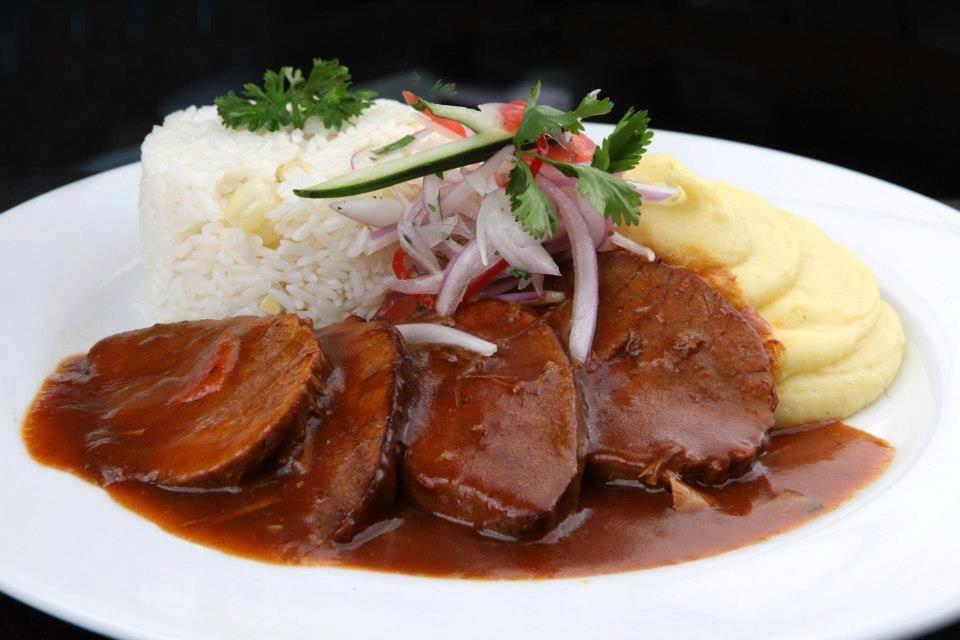 asado con pure y arroz