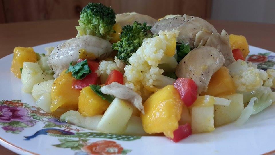 ensalada de pollo deshuesado con verduras y frutas