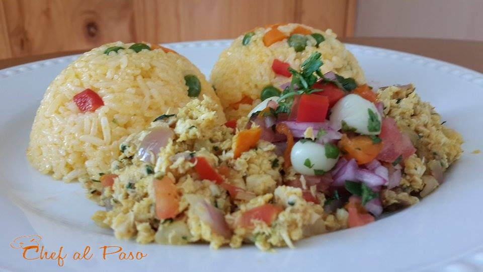 tollo aliñado con arroz amarillo y salsa criolla 3