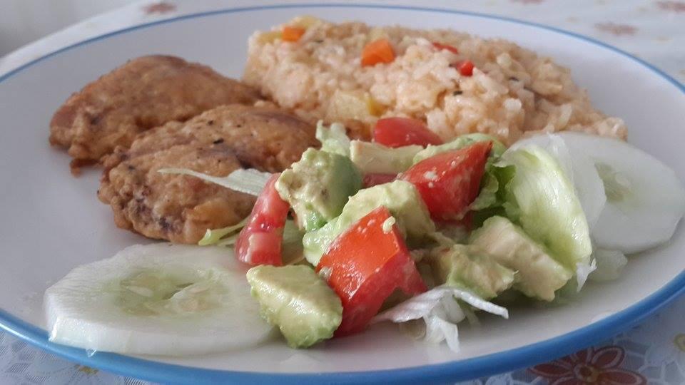 Bonito arrebozado ensalada de palta y arroz atamalado 2